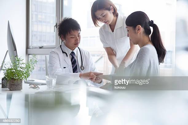 Porträt von zuversichtlich Ärzte Beratung Patienten im Krankenhaus