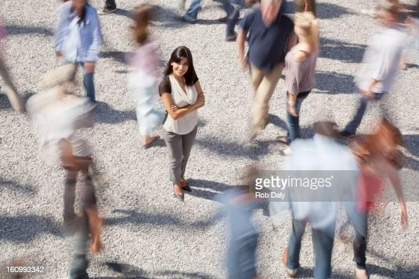 Ritratto di una donna fiducioso in piedi tra deciso di massa
