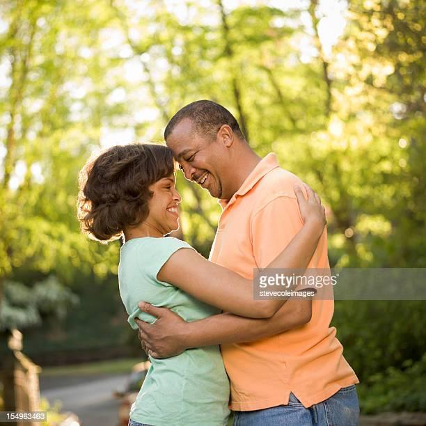 Ritratto di coppia abbracciare all'aperto