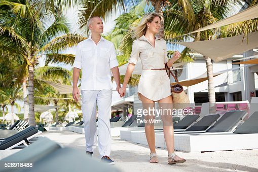 Portrait of couple walking in tourist resort : Stock-Foto