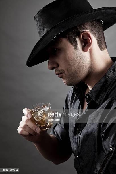 Portrait de cowboy avec une boisson