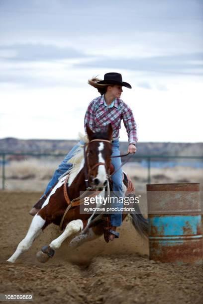 Portrait de cow-girl Barrel Racing au coucher du soleil