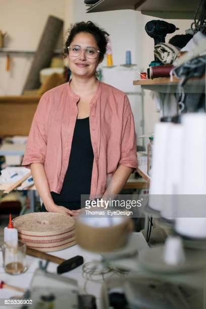 Portret van Craftswoman permanent In haar atelier