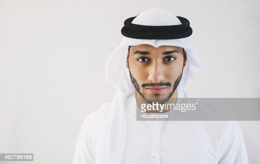 Retrato de hombre joven Arab determinado