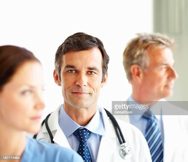 Porträt von Arzt stehend mit seinen Kollegen