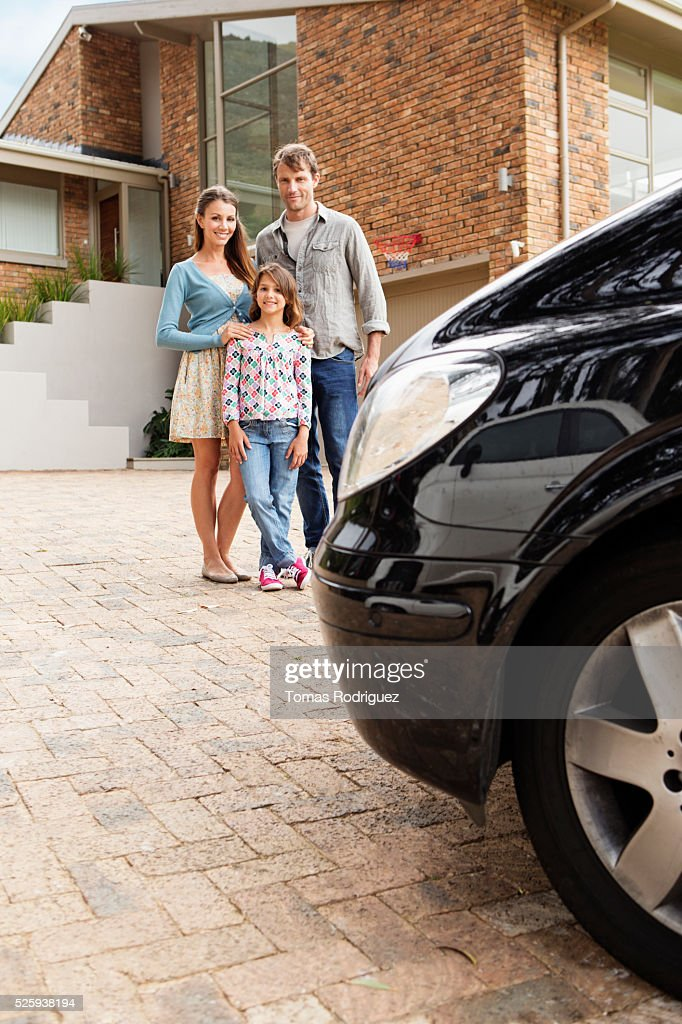 Portrait of family with teenage girl (13-15) standing next to house : Stockfoto