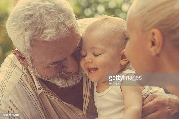 Retrato de pai, filha e neto no parque
