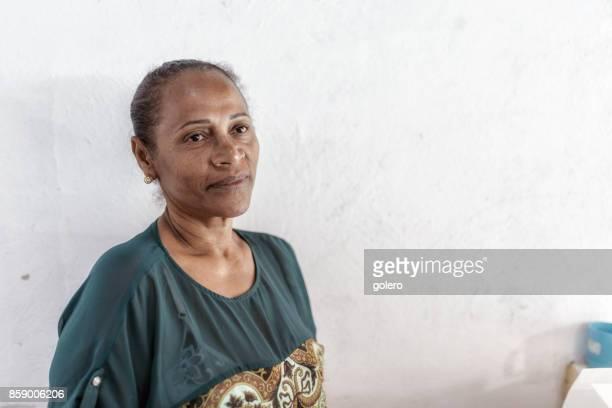 Porträt des brasilianischen Arbeitnehmerin vor weißer Wand