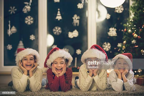 Portrait de quatre enfants célébrant Noël ensemble