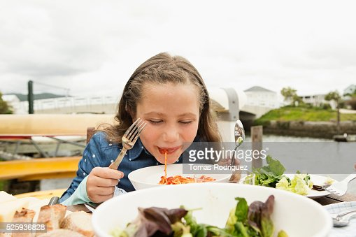 Portrait of girl (6-7) eating pasta : Stockfoto