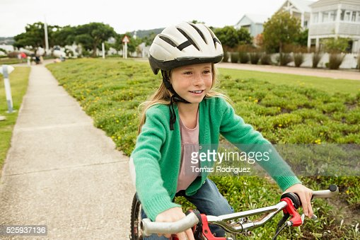 Portrait of girl (8-9) riding bicycle : Stockfoto
