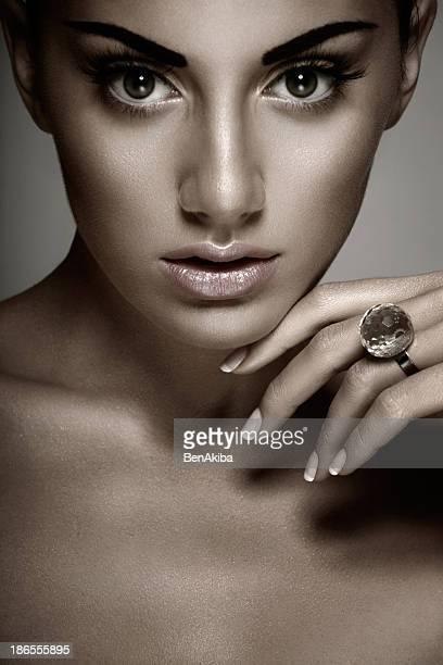 portrait de la jeune fille avec un anneau