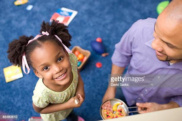 Porträt von Mädchen mit Vater im Spielzimmer