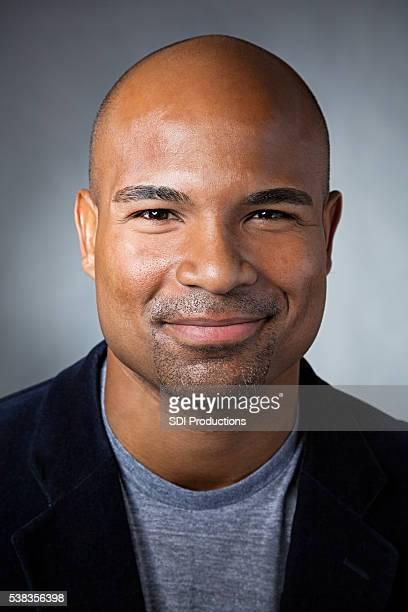 Retrato de atractivo hombre afroamericano