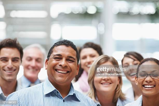 Porträt von happy business Geschäftsleute stehen zusammen