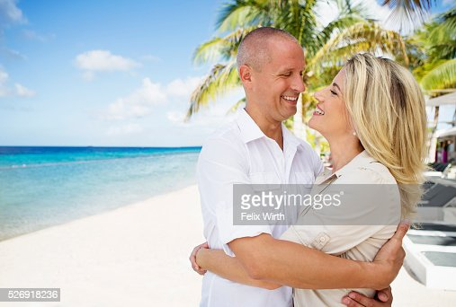 Portrait of happy couple embracing on beach : Stockfoto