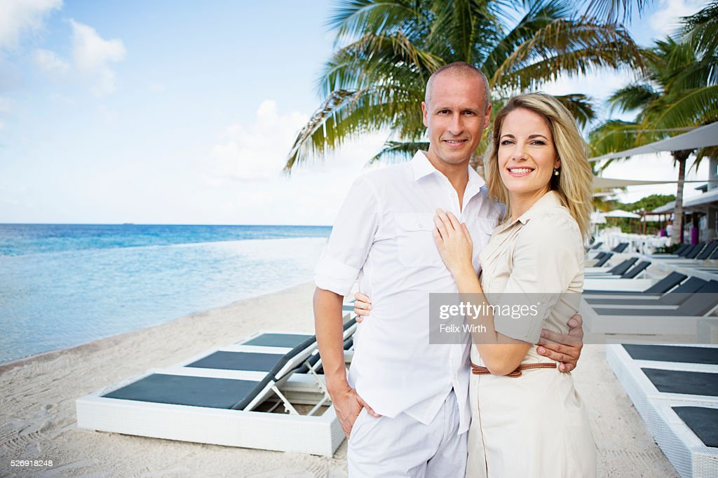 Portrait of happy couple embracing on beach : Foto de stock