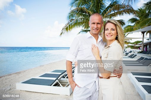 Portrait of happy couple embracing on beach : Foto stock