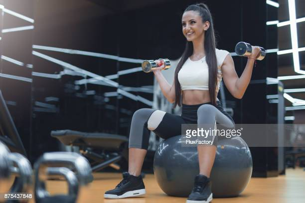 Porträt von glücklich weiblich Bizeps Übungen mit Hantel