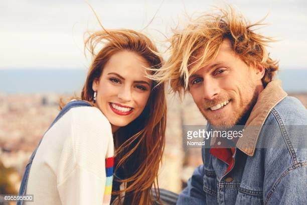 Portrait d'heureux jeune couple contre city