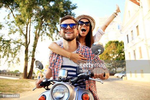 Retrato de joven feliz pareja disfrutando de vespa viaje : Foto de stock