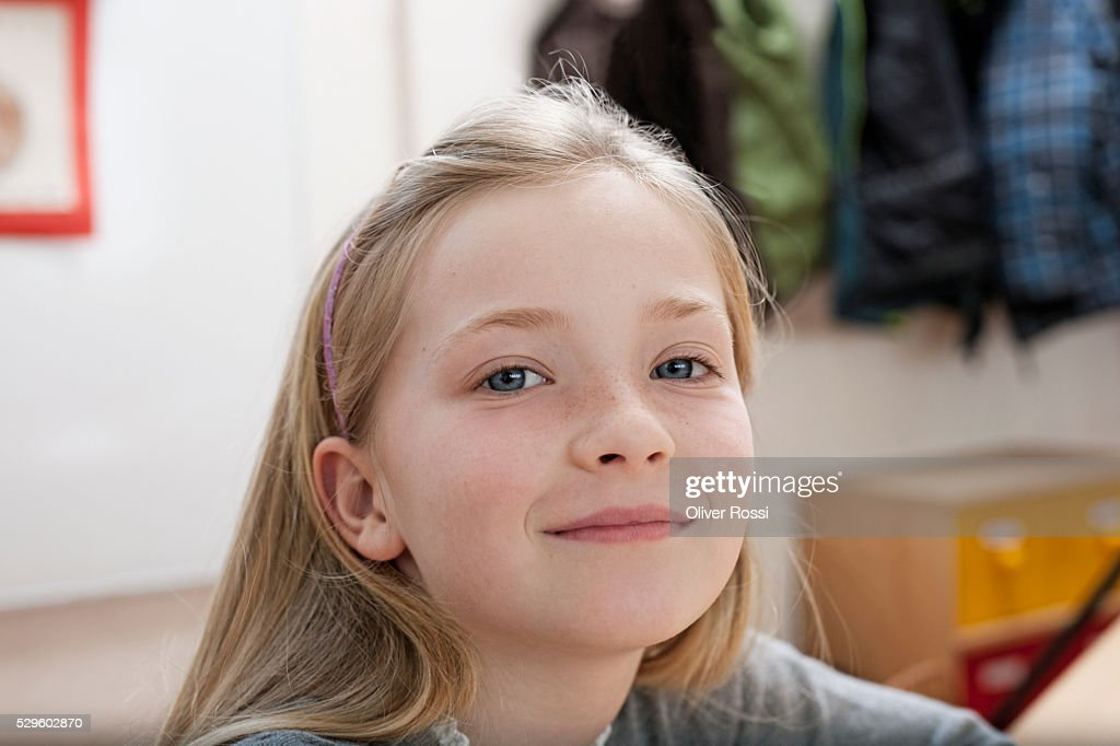 Portrait of happy young girl (8-9) : Stock-Foto
