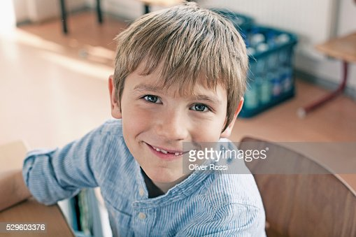 Portrait of happy young school boy (6-7) : Stockfoto