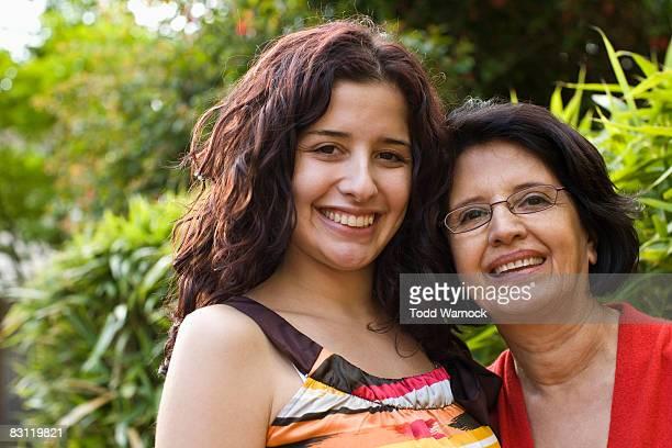 Porträt hispanische Mutter und Tochter