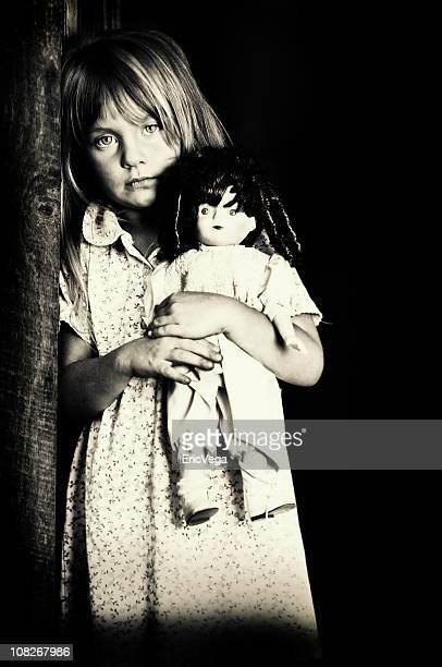 Porträt von kleinen Mädchen mit Puppe, schwarz und weiß