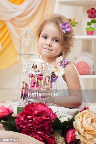 Retrato de la hermosa Chica posando con flores : Foto de stock