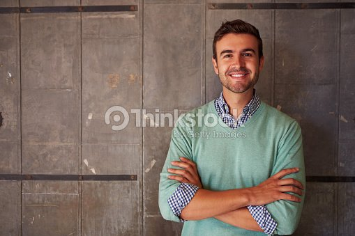 Portrait dun homme debout dans le bureau moderne de designer photo