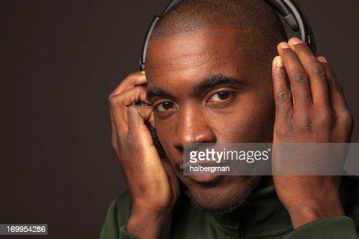 Retrato de hombre escucha auriculares
