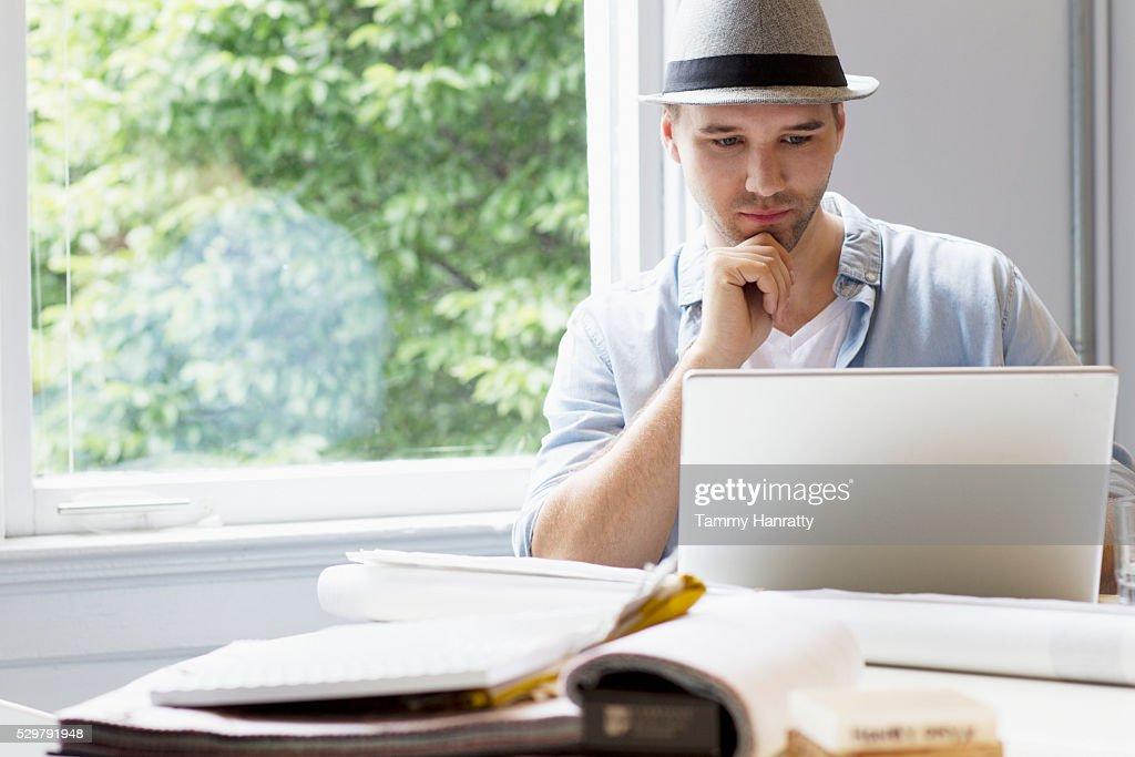 Portrait of man using laptop : Foto de stock