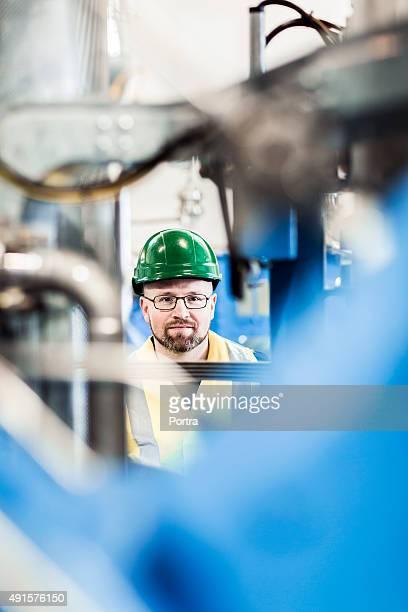 Porträt von manufacturing professionellen inmitten von Geräten