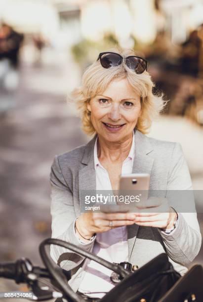 携帯電話を保持する成熟した実業家の肖像画