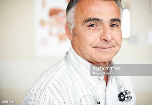 Porträt von Reifen männlichen Arzt
