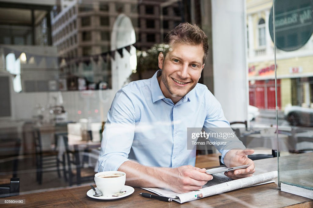 Portrait of mid adult man relaxing in cafe : Stockfoto