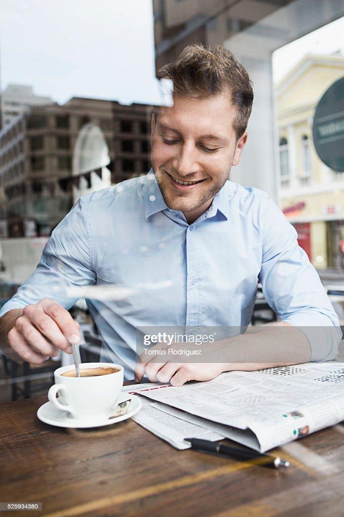 Portrait of mid adult man taking coffee brake : Foto de stock