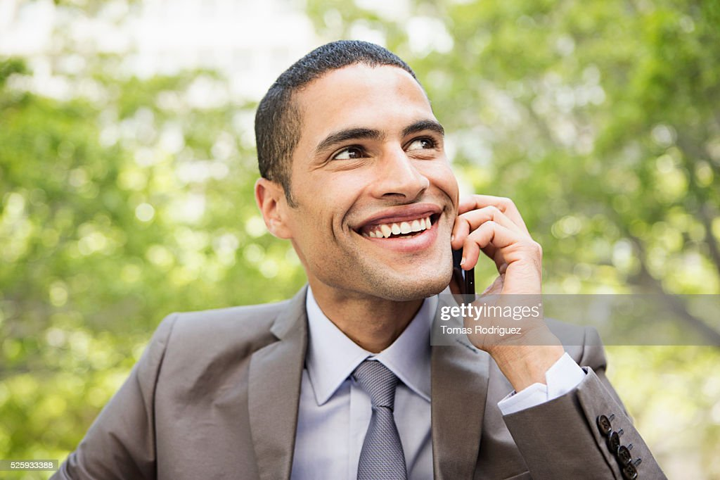 Portrait of mid adult man talking on phone : Foto de stock