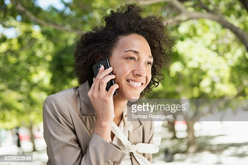 Portrait of mid adult woman talking on phone : Stockfoto