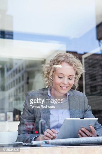 Portrait of mid adult woman using digital tablet in cafe : Stockfoto