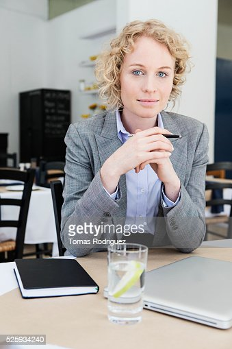 Portrait of mid adult woman with laptop sitting at restaurant table : Foto stock