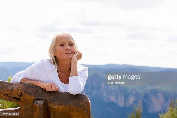 Portrait de jolie femme d'âge mûr extérieure moderne, espace de copie