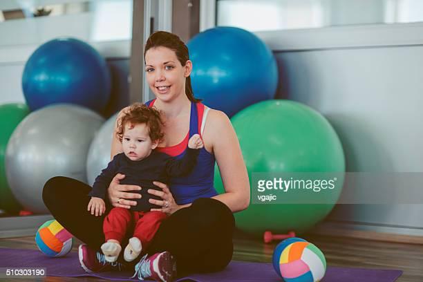 Portrait de la mère et son bébé dans une salle de sport