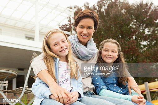Portrait of mother with two girls (6-7), (8-9) : Stock-Foto