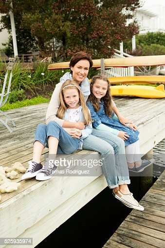 Portrait of mother with two girls (6-7), (8-9) : Stockfoto