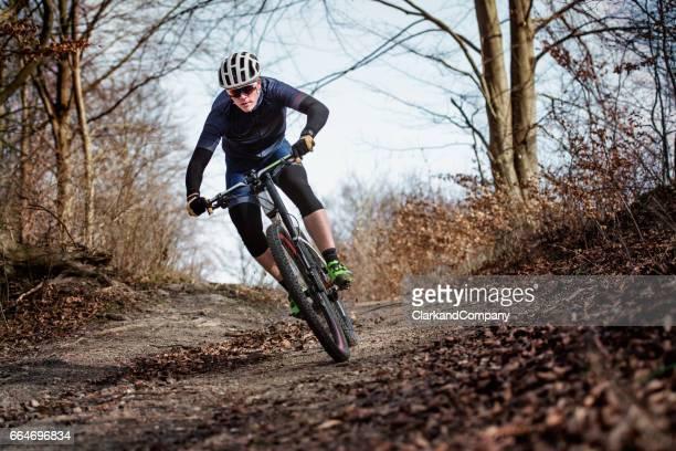 Porträt der Mountainbiker auf einer Trainingsfahrt