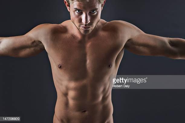 Ritratto di uomo muscoloso con le braccia tese