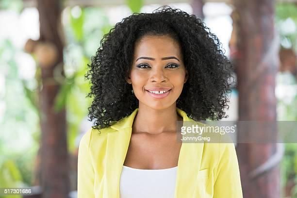 Porträt von der nigerianischen Frau lächelt in die Kamera.