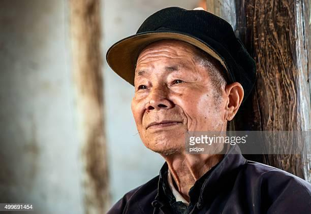 Ritratto di anziano, senior cines'uomo, guardando lontano